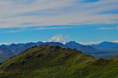 Entfernte Ansicht von Spitze Berg Denali mt McKinley von der Berg Healy-Wanderungsspur mit blauem Himmel mit weißen Wolken oben d stockbilder