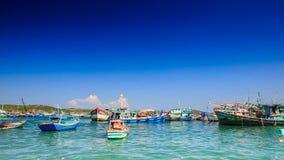Entfernte Ansicht von vietnamesischen Fischerbooten in der Bucht gegen Himmel stock video footage