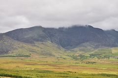 Entfernte Ansicht von Wolken über Berg in einer schönen Landschaft Ring von Kerry, Irland Stockfotografie