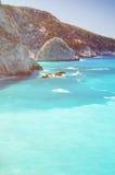 Entfernte Felsen und Klippen Strandes Porto Katsiki Lizenzfreie Stockfotos