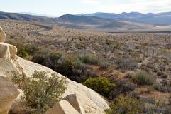 Entfernte Straße, die Wüste durchläuft Lizenzfreies Stockbild