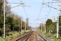 Entfernte Zug der Eisenbahnlinie Westküsten-Hauptlinie, Lizenzfreie Stockfotografie