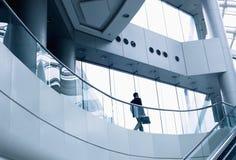 Entfernter Geschäftsmann, der in ein modernes Bürogebäude geht Stockfotos