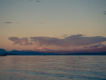 Entfernter Kayaker, der auf ruhigem Akkajaure See schaufelt Stockfotos