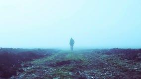 Entfernter Mann im Nebel stock footage