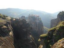 Entferntes Kloster auf Klippe, Meteora, Griechenland lizenzfreie stockbilder