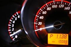 Entfernungsmesser-Geschwindigkeit in meinem Auto Stockbild