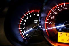Entfernungsmesser-Geschwindigkeit in meinem Auto Stockbilder