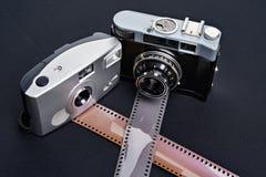 Entfernungsmesserkamera und -Filmrollen mit zwei Weinlesen Stockfotografie
