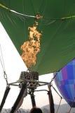 Entflammt Feuer und bläst den Ballon auf Detail eines großen Heißluftballons, der für seinen Anfangsflug aufgeblasen wird lizenzfreie stockfotos