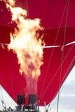 Entflammt Feuer und bl?st den Ballon auf Detail eines gro?en Hei?luftballons, der f?r seinen Anfangsflug aufgeblasen wird stockfotografie