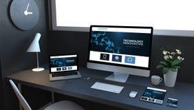 entgegenkommende Geräte des Marineblaus auf darstellender Technologietischplattenwebsite lizenzfreie abbildung