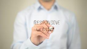 Entgegenkommende Website, Mann-Schreiben auf transparentem Schirm Lizenzfreies Stockfoto