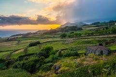 Entgegenkommender Nachmittagsregen an der Küste von Sao Jorge-Azoren-Portugal stockfotos