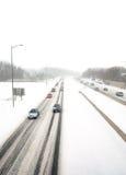 Entgegenkommender Verkehr in einem Schneesturm Stockfotos