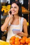 Entgegennehmen von Bestellung auf Früchten Stockbilder