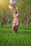 Enthalten Sie Steigungs- und Ausschnittsmaske Junge kaukasische blonde Frau draußen Lizenzfreie Stockbilder