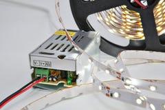 Enthaltene helle Streifen der Spule LED und Stromversorgungs-Adapter-Fahrer Stockfotos
