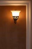 Enthaltene Lampe, die auf der Wand hängt stockfotografie