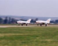 Enthaltene sieben Flugzeuge entfernen sich von zwei Stockfoto