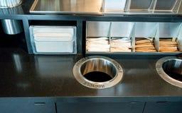 Enthaltener Gegenzucker des Kaffees und Serviettenpapier für Kunden lizenzfreies stockfoto
