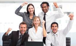 Enthousiast het commerciële team vieren succes royalty-vrije stock fotografie