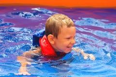 Enthousiast jong geitje in vest bij de pool royalty-vrije stock foto
