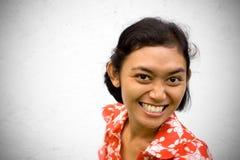 Enthousiaste Aziatische jonge vrouw Royalty-vrije Stock Afbeeldingen