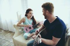 Enthousiaste enige vader en dochterspelen stock foto