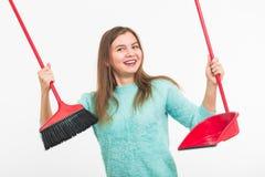 Enthousiaste heureux drôle de femmes de nettoyage pendant le nettoyage D'isolement sur le fond blanc Photo libre de droits