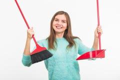 Enthousiaste heureux drôle de femmes de nettoyage pendant le nettoyage Sur le fond blanc Images libres de droits