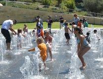 Enthousiaste kinderen in een dansende fontein in Teddy Park, Jeruzalem, Israël royalty-vrije stock foto