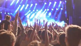Enthousiaste menigte van ventilators die band op stadium met rapturous applaus begroeten stock footage