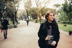 Enthousiaste reizigersvrouw het lopen straten van Europees kapitaal Toerist in Lissabon, Portugal royalty-vrije stock fotografie