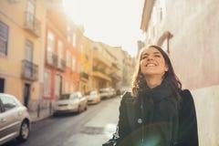 Enthousiaste reizigersvrouw het lopen straten van Europees kapitaal Toerist in Lissabon, Portugal royalty-vrije stock afbeelding