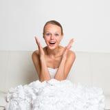 Enthousiaste superbe, magnifique, jeune mariée s'asseyant sur un divan Photos stock