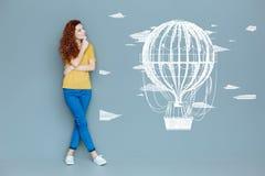 Enthousiaste toerist die terwijl het dromen over de reis van de hete luchtballon glimlachen Royalty-vrije Stock Fotografie
