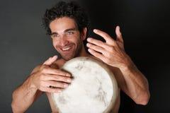Enthousiaste trommelspeler Stock Foto's