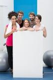 Enthousiastes heureux de forme physique avec une carte vierge Photos libres de droits