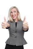 Enthusiastische junge Frau, die sich Daumen zeigt Stockfotos