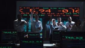 Enthusiastisches Börsenmaklerteam im Livebüro lizenzfreie stockfotografie