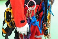 Entièrement équipement d'accès de corde sur l'homme d'inspecteur photo libre de droits