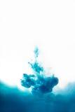 Entinte remolinar en el agua, nube de la tinta en el agua aislada en blanco Imagen de archivo
