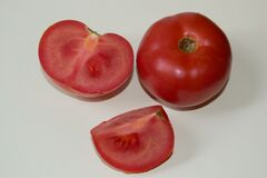 entire-and-sliced-tomatos Royalty Free Stock Image
