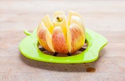 Entkernter und sloiced Apfel Stockfoto