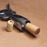 Entkorken Sie eine Flasche Wein Stockfotos