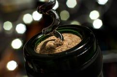 Entkorken Sie eine Flasche Wein auf Silvester Stockfotografie