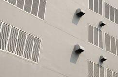 Entlüftungsbohrungen auf weißem Gebäude Stockfotos