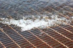 Entlüftungsgitter überschwemmt mit Wasser Lizenzfreie Stockbilder