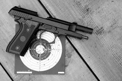 Entladenes Luftgewehr auf Ziel lizenzfreie stockfotografie